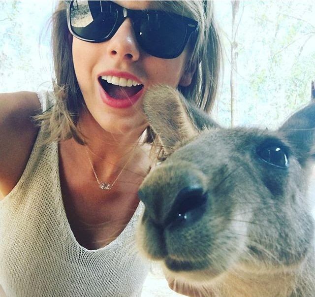 taylor-swift-kendra-scott-necklace-kangaroo